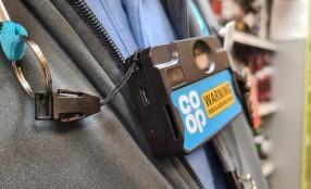 Violenza nei negozi in UK, telecamere indossabili per la sicurezza dei commessi